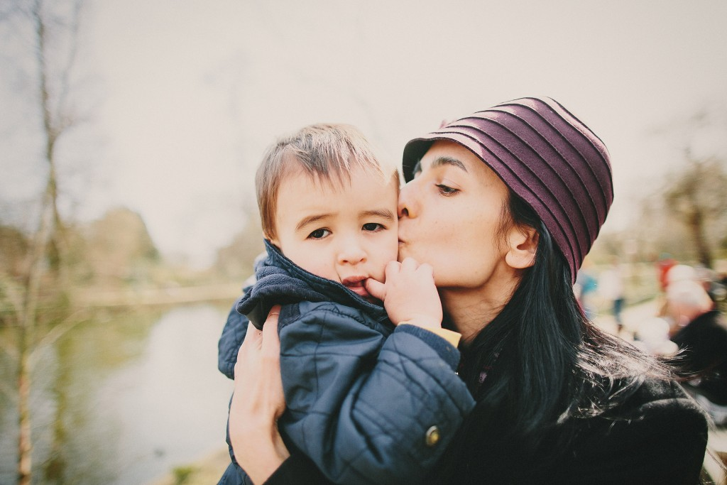 nicholas-lau-nicholau-family-portraits-london-film-photography-chinese-asian-interracial-white-moroccan-half-mixed-baby-purple-hat-regents-park-purple-kissing-baby-cheek-mom