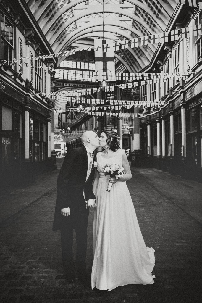 nicholas-lau-nicholau-london-weddings-fine-art-photography-leadenhall-market-st-helens-church-documentary-style-black-white-kiss