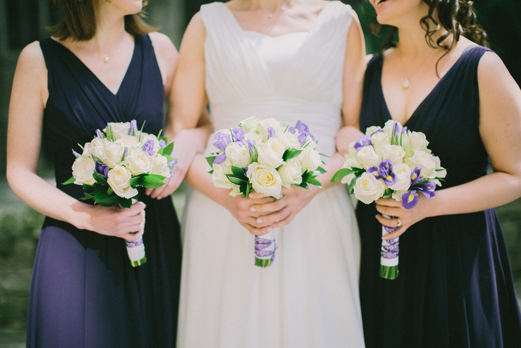 nicholas-lau-nicholau-london-weddings-fine-art-photography-leadenhall-market-st-helens-church-documentary-style-three-bouquets-3-bride-maid-of-honour-sister-in-law-white-roses-purple-flowers