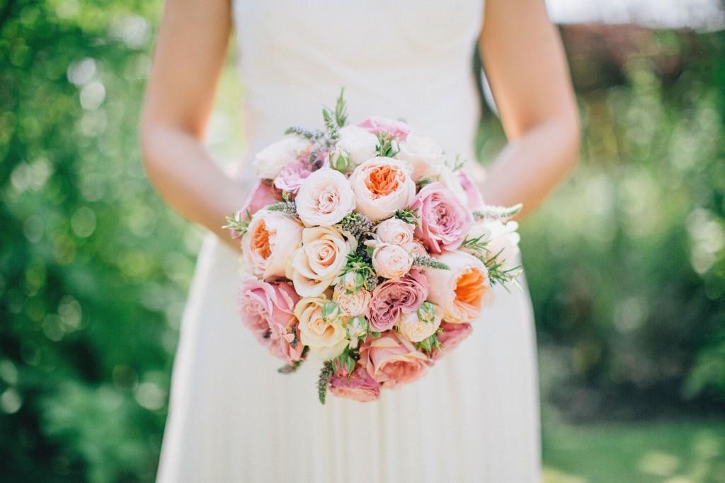 nicholau-nicholas-lau-wedding-fine-art-photography-london-chinese-asian-bouquet-zoom-pose-poise