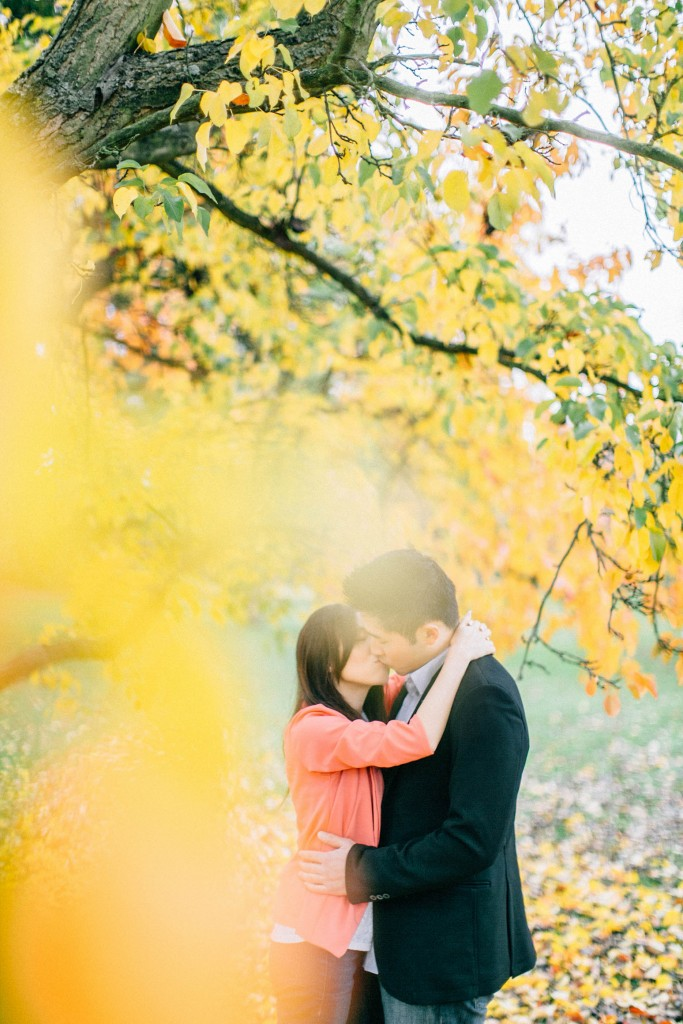 nicholau-nicholas-lau-couple-pre-wedding-film-fine-art-photography-red-blazer-leaves-fall-autumn-kew-gardens-uk-london-yellow-tree-hug-kiss-chinese-blur