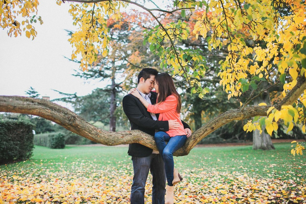 nicholau-nicholas-lau-couple-pre-wedding-film-fine-art-photography-red-blazer-leaves-fall-autumn-kew-gardens-uk-london-bench-tree-yellow-chinese-embrace