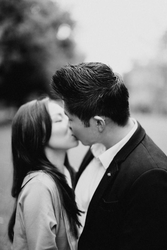 nicholau-nicholas-lau-couple-pre-wedding-film-fine-art-photography-red-blazer-leaves-fall-autumn-kew-gardens-uk-london-white-black-chinese-kiss