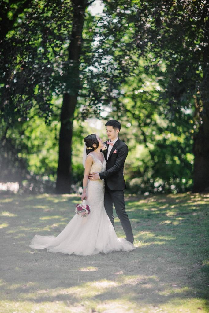 nicholas-lau-photo-photography-wedding-uk-london-holland-park-gardens-orangery-the-chinese-couple-summer-beautiful-photographer-bride-looking-up-at-husband-wife-portrait